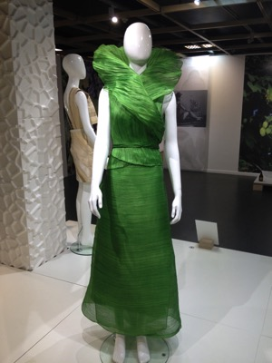 Mira Wrap, 2015 Ditta Sandico, Philippines, propose une robe en soie de bananier. La soie de bananier permet de réaliser un tissu léger.