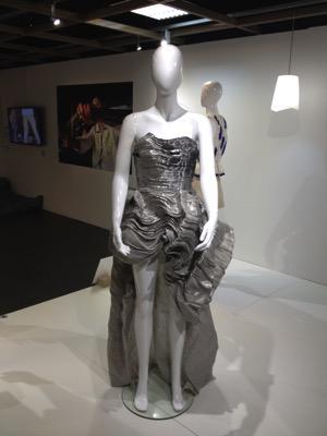 Exocet Dress, 2015 Cette robe est le résultat d'une collaboration avec la styliste Christine Phung. Le textile de cette robe aux volumes organiques est tissé à la main, fait de fils de métal, de lin et de fibres de collagènes de poisson, fibre créée pour l'occasion par la société Umorfil.